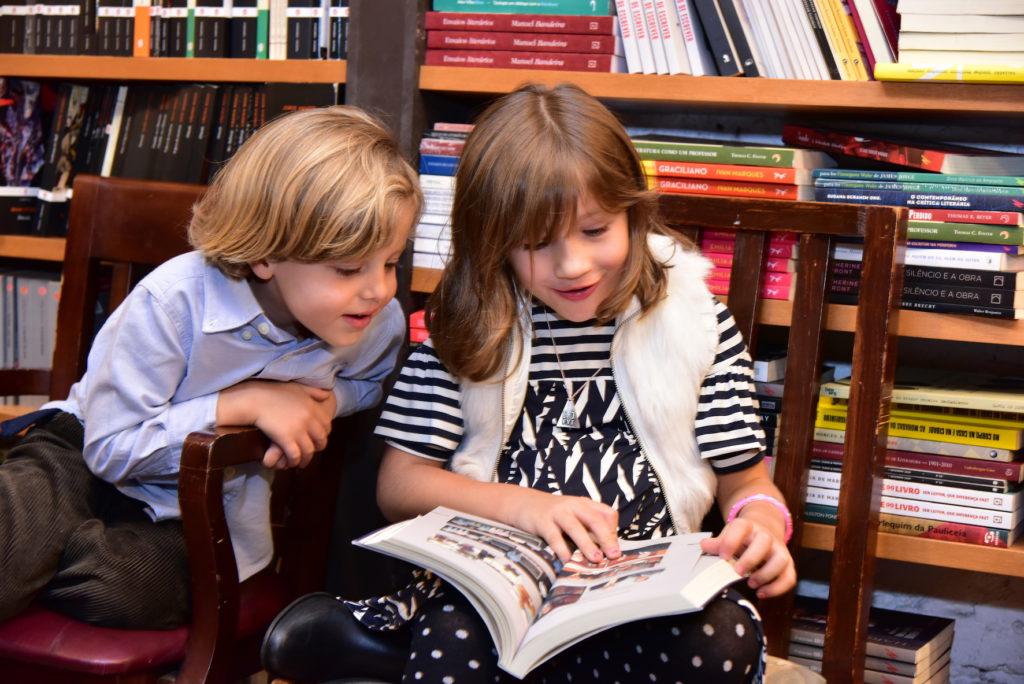 Os netos Eric e Elena curtindo a autobiografia do vovô Dante
